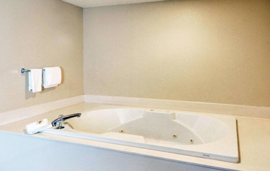 Welcome To Quality Inn Wichita Falls - Jetted Tub In Suite With Living Room